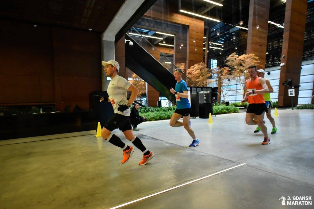 zawodnik trenujący u Emila, Damian Falandysz na trasie maratonu w Gdańsku, nowy rekord życiowy