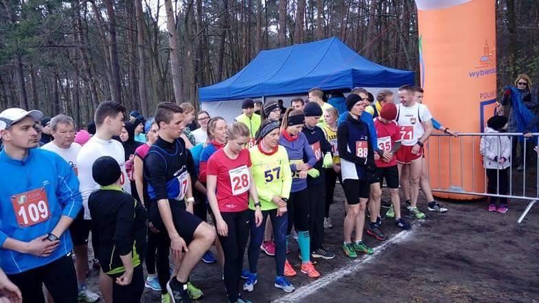 trenerzy biegania Kamila i Emil Dobrowolscy na starcie grand prix Lęborka w biegach przełajowych