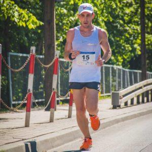 Damian Falandysz zawodnik trenujący u Emila na trasie biegu 10km Pruszków