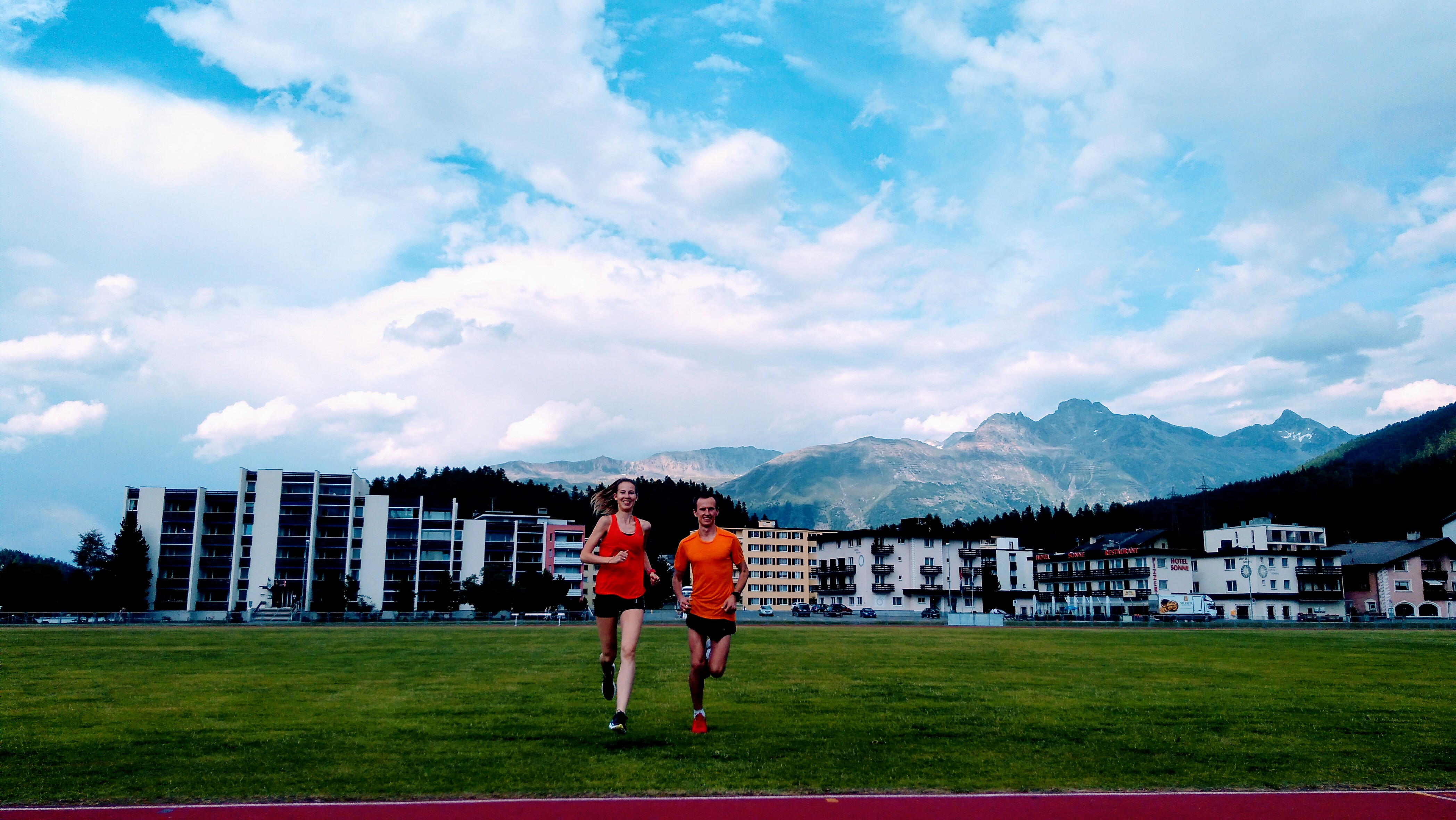 trenerzy biegania Kamila Pobłocka-Dobrowolska i Emil Dobrowolski na treningu - obóz biegowy w Sankt Moritz