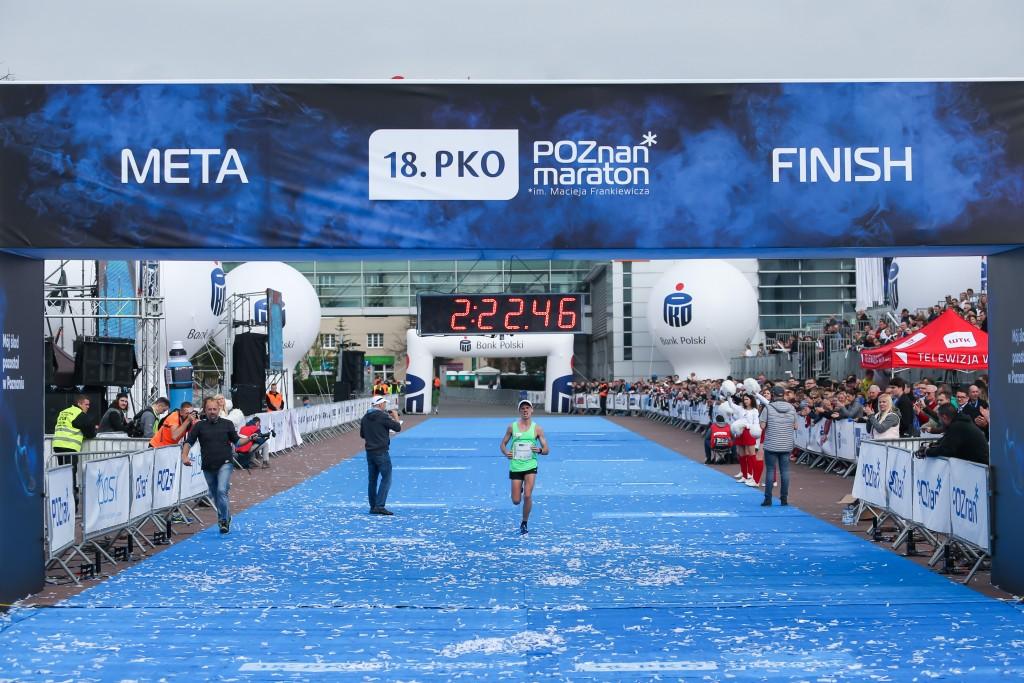 trener biegania Emil Dobrowolski wbiega na metę maratonu Poznań