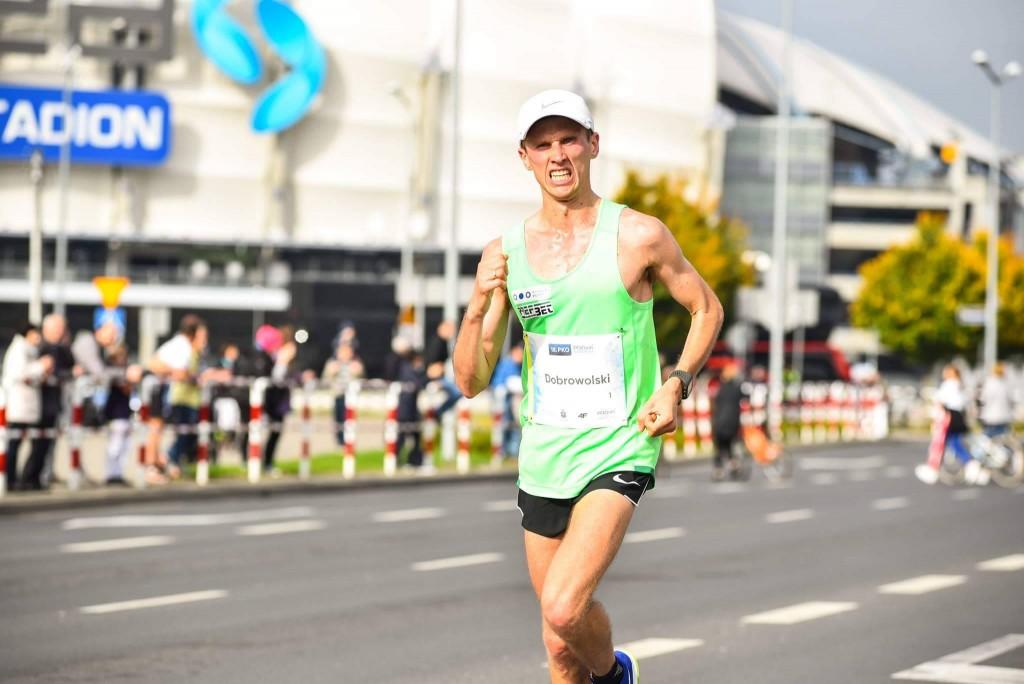 trener biegania Emil Dobrowolski na trasie biegu - maraton Poznań