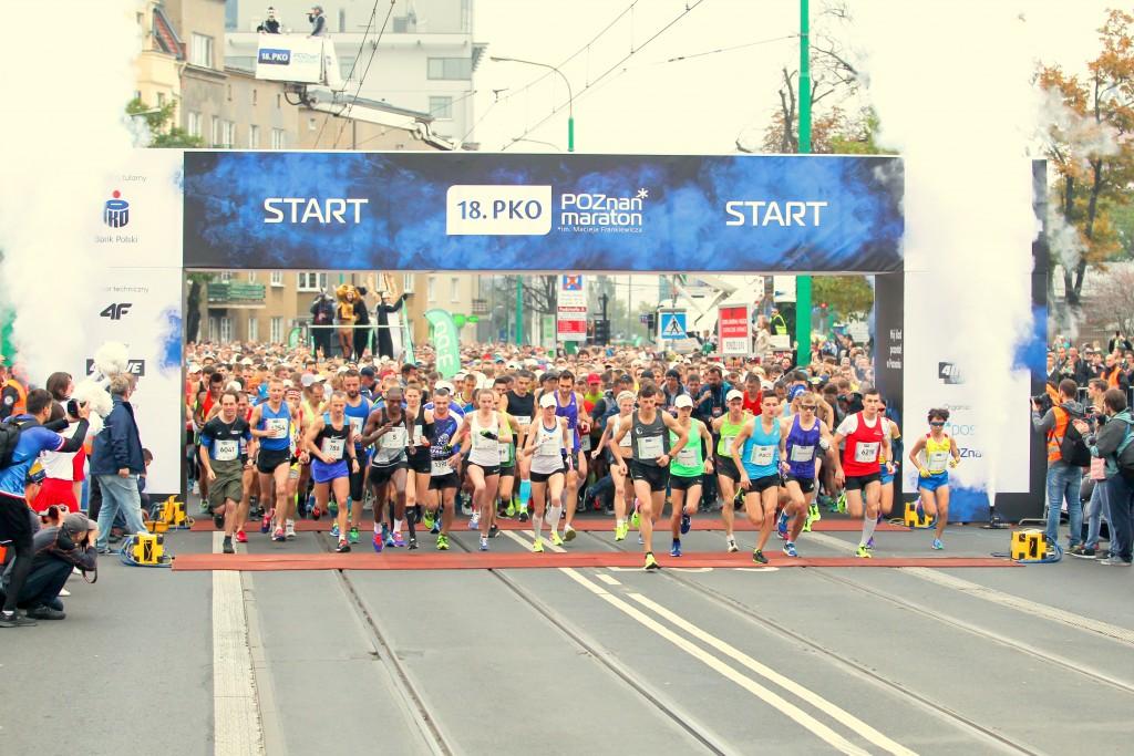 trener biegania Emil Dobrowolski na starcie maratonu Poznań