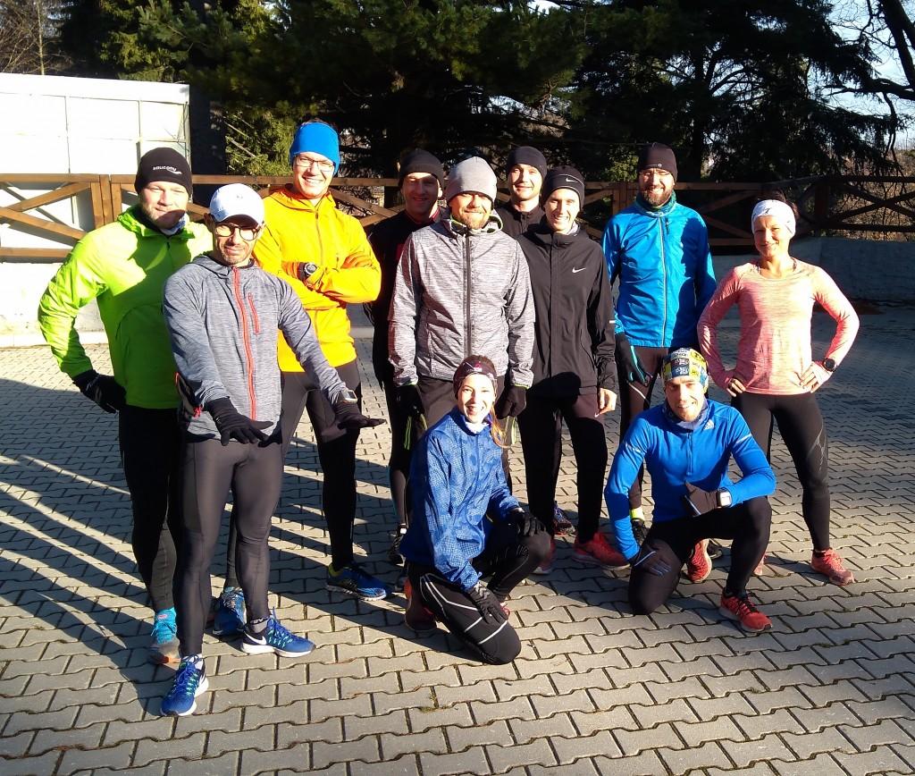 Obóz biegowy w Szklarskiej - trenerzy biegania z grupką zawodników