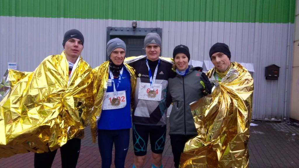 Trenerzy biegania i zawodnicy na startach w zimowych biegach