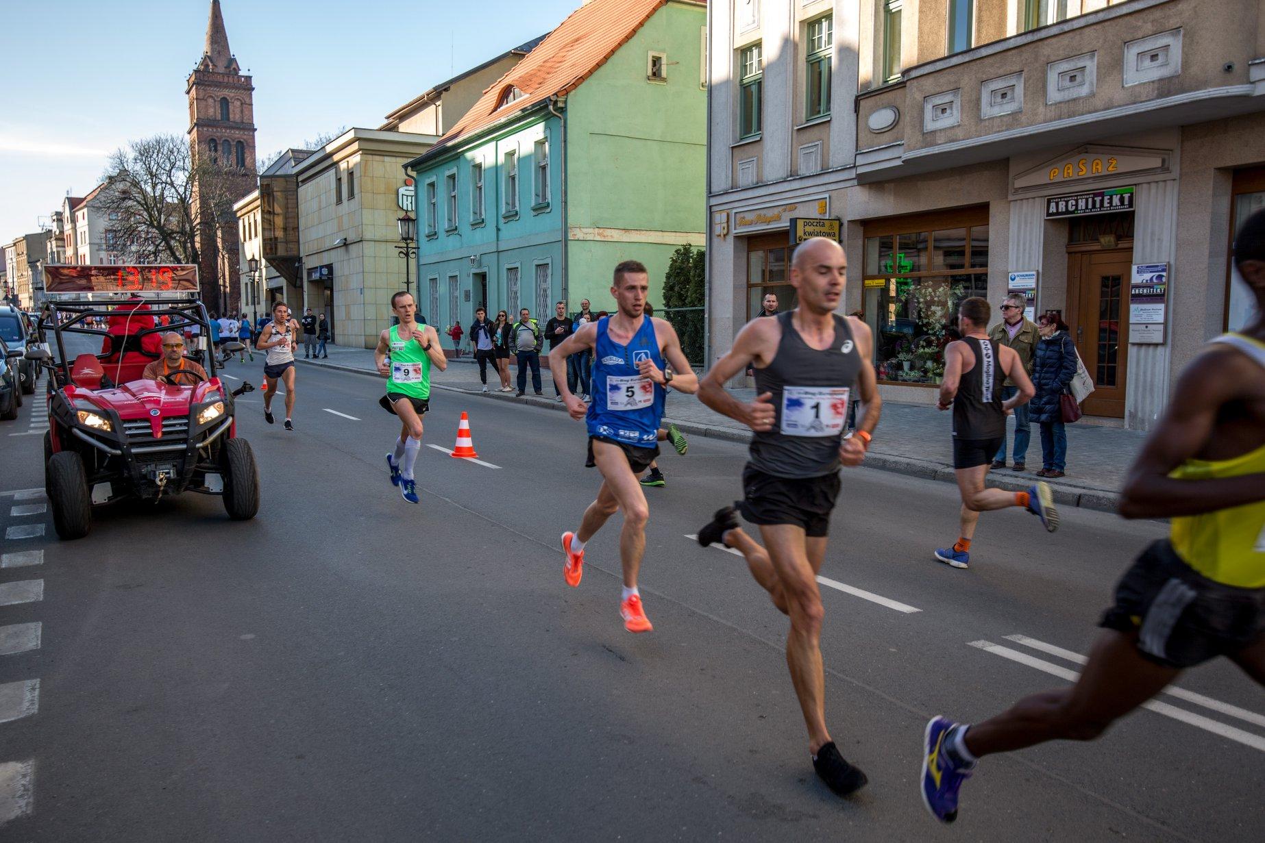 Bieg Europejski Gniezno - trener biegania Emil Dobrowolski w czołówce