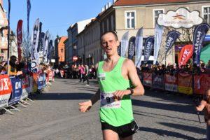 trener biegania Emil Dobrowolski na mecie biegu Europejskiego w Gnieźnie